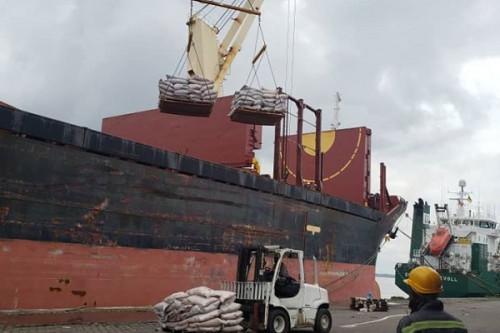 déchargement des produits importés au port de douala APE